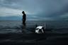 Старая леди принесла свою собаку на пляж. <br> <br> Кадр, сделанный в Южном Таиланде, попал в шорт-лист открытого конкурса.
