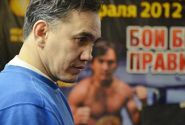 Фото на фоне афиши боя Захарова, организованного спортсменом в родной Чувашии