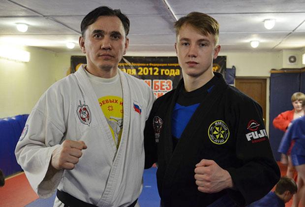 Олег Захаров (слева) с выпускником секции, титулованным мастером джиу-джитсу Анатолием Булыгиным
