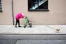 Весенний Гамбург, Германия. Самая грациозная дама района, несмотря на носимое ею бремя старости. Всегда стильная, ярко одета, в хорошем настроении, улыбается, никогда не жалуется, хотя каждый день — это борьба и вызов для нее. Ее никогда не увидишь без ее лучшей подруги — маленькой собачки. <br> <br> Шорт-лист, открытый конкурс. Категория «Уличная фотография».
