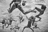Водное поло является одним из самых физически сложных командных видов спорта. Участники постоянно находятся в атаке, борясь за мяч или держа голову над водой. Едва ли у них появляется момент, чтобы восстановить силы.  <br> <br> Фотограф хотел проиллюстрировать, насколько требовательным бывает спорт, сосредоточенный под водой, вдали от взглядов зрителей и судей. Кадр сделан во время главного события в водном поло — чемпионата мира в Будапеште в 2017 году. Шорт-лист профессиональной программы конкурса.