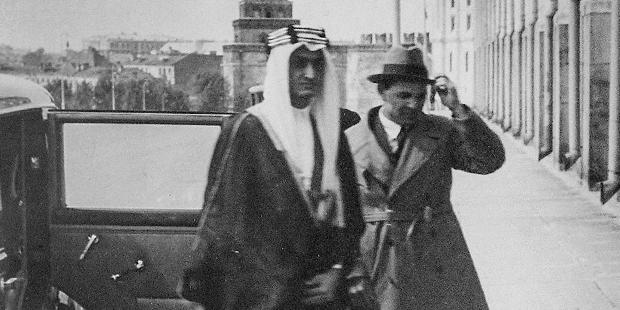 Карим Хакимов сопровождает будущего короля Саудовской Аравии Фейсала ибн Абдул-Азиза Аль Сауда. Москва, Кремль, 1932 год