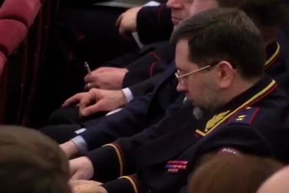 Главный борец с наркотиками дал коллеге понюхать трубочку и попал на видео