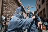 Святое распятие во время крестного хода несут самые истовые верующие. Так называемое «шествие babbaluti» в сицилийском городе Сан-Марко-д'Алунцио проходит ежегодно в последнюю пятницу марта. <br> <br> В шествии участвуют 33 избранных (по количеству лет Иисуса Христа в момент принятия им мученической смерти), называемых babbaluti. Они одеваются в синие балахоны и несут большую статую в виде распятия. Это историческое произведение искусства было создано Сципионом ли Вольси в 1652 году. <br> <br> Снимок участвует в открытом конкурсе и представляет итальянское современное фотоискусство.