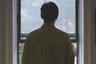 Глашатаи постмодернизма еще три десятилетия назад любили провозглашать конец истории — но что такое конец большой истории в сравнении с финалом истории персональной, особенно если речь о финале открытом? Именно такое необъяснимое исчезновение человека служит контрапунктом поразительному, одновременно таинственному и ослепительно ясному дебюту Рикки Д'Амброуза.  <br><br> Вот Дэвид, изучающий философию американец, еще отправляет открытки из Милана, возвращается на родину, ведет дневники, занимается бытом, а вот он уже выходит из кадра, чтобы больше в него не вернуться, — и оставить пускающимся на поиски друзьям только набор загадок, артефактов одной короткой биографии.