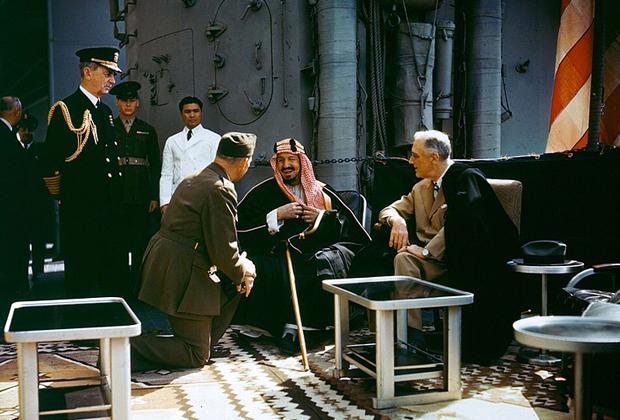 Король Абдул-Азиз ибн Абдуррахман Аль Сауд и президент США Франклин Делано Рузвельт на борту американского крейсера «Куинси», февраль 1945 года