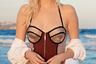 Купальник серферского покроя с хорошей поддержкой делают неотразимо-соблазнительным «позолоченные» чашки бюстгальтера.