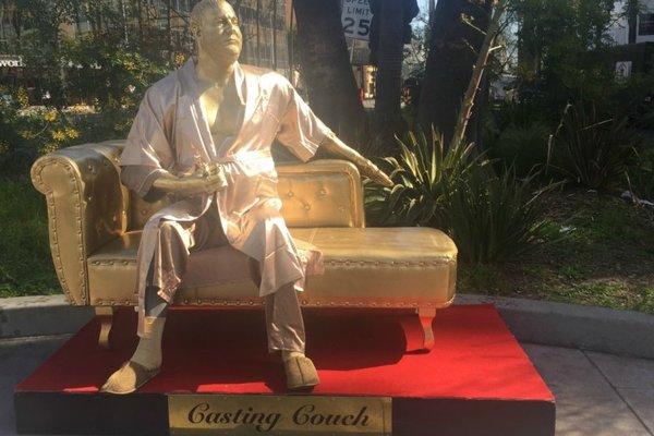 На диване ив халате: ВГолливуде установили статую Харви Вайнштейна