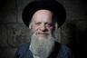 «Еврейской культуре бород буквально тысячи лет. У Моисея была борода, у царя Давида была борода. Обычай умащать бороду священными маслами восходит к библейским временам», – рассуждает Пресс. Ортодоксальные евреи носят бороду, так как Библия запрещает «подстригать края бороды своей и делать нарезы на теле своем». Религиозное право евреев— галаха— разрешает использовать электрические бритвы или ножницы, однако есть и те, кто толкуют эти строчки как полный запрет бритья.
