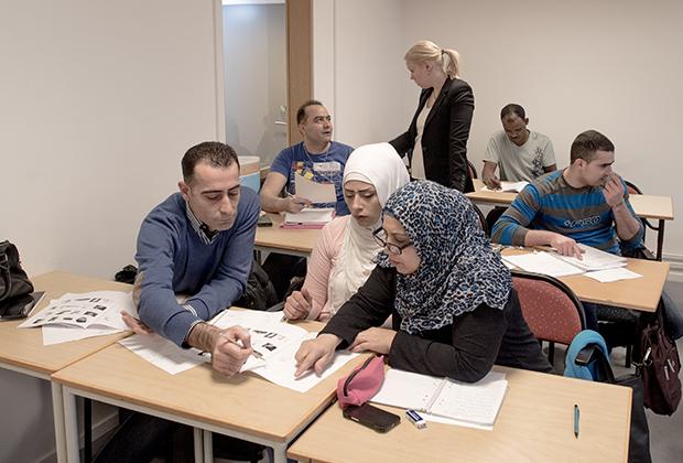 Чтобы найти работу, мигранты должны выучить шведский язык