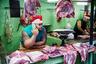 Куба, Гавана. Город медленно оживает после рождественских праздников и готовится к Новому году. «Я внезапно оказался на небольшом рынке. Когда увидел этого мясника, сидящего среди больших кусков мяса на кислотно-зеленом фоне, я нажал кнопку спуска затвора автоматически», — прокомментировал снимок фотограф.