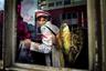 Герой этого снимка собирается домой после праздника Мейбум. Изображение стало финалистом в категории «Люди». <br> <br> Праздник Мейбум— один из самых любимых у бельгийцев. Он проходит в августе, но символизирует весенний месяц май: на центральной площади Брюсселя ставят «майское дерево радости». Это знак благодарности жителей города святому Лаврентию за его милость к брюссельцам. Согласно легенде, в начале XIV века несколько лучников, действующих от имени святого, защитили горожан от разбойников из близлежащего города Левена. Сначала правом высадки «майского дерева» были награждены сами лучники, а затем оно перешло к горожанам. С этим праздником связана еще одна традиция: если брюссельцы не успевают «высадить» дерево до пяти часов вечера, это право переходит к левенцам.
