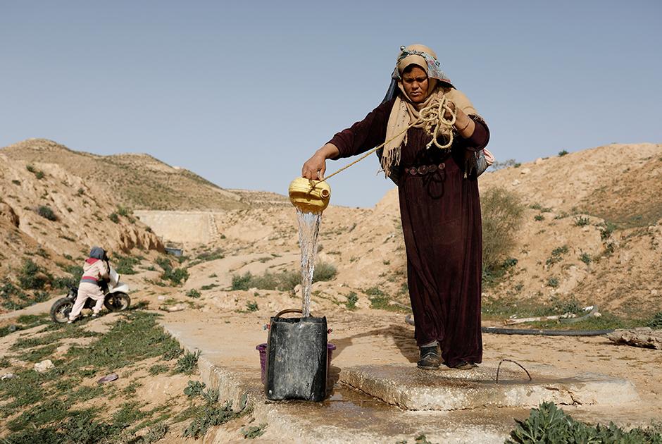 Салиха Мохамеди набирает воду на окраине Матматы