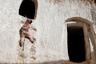 В Матмате и других подземных деревнях мало-помалу появляются современные удобства. В искусственные пещеры проводят электричество — хотя бы от солнечной батареи на крыше, как у Салихи Мохамеди. Но молодежи все равно остается все меньше. Матмата пустеет — люди перебираются в Нувель-Матмату, новый город с современными зданиями в 15 километрах от старого.