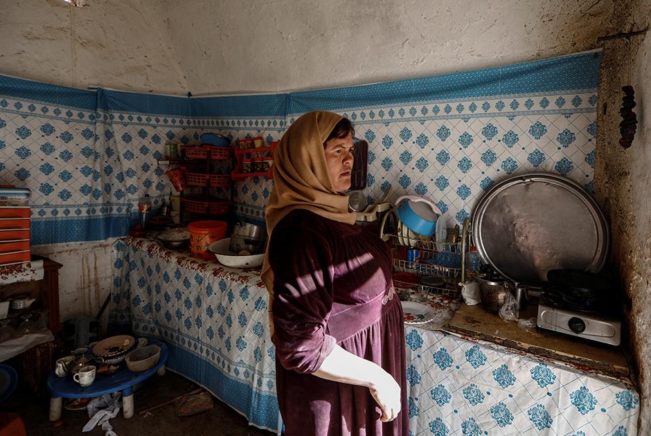 Салиха Мохамеди на кухне в своем подземном жилище в Матмате