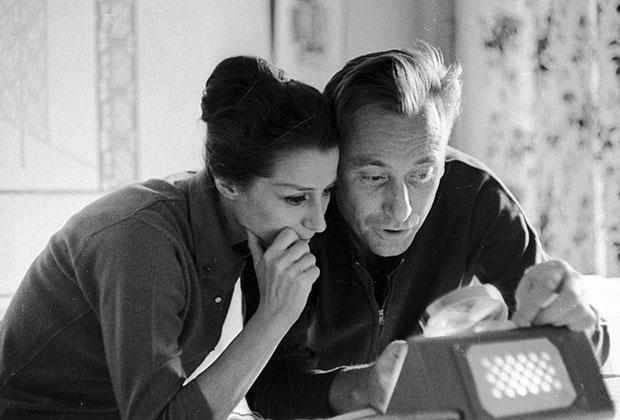 Майя Плисецкая и ее супруг композитор Родион Щедрин у себя дома, 1971 год