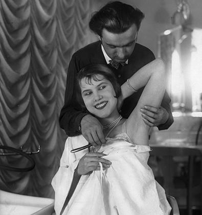 Бритье парикмахером подмышек в Германии, 1930-е годы
