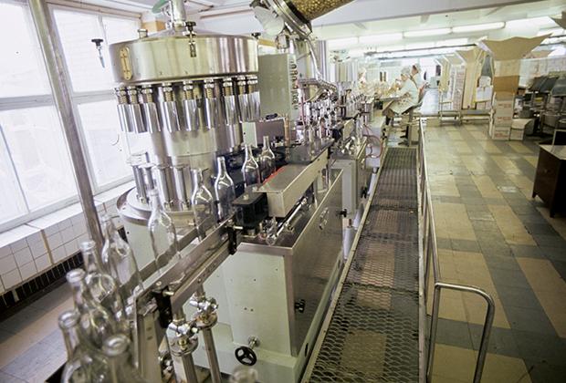 Конвейер по разливу водки «Столичная» на Куйбышевском ликеро-водочном заводе