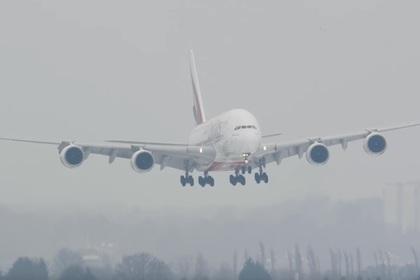 Посадку крупнейшего авиалайнера в шторм сняли на видео