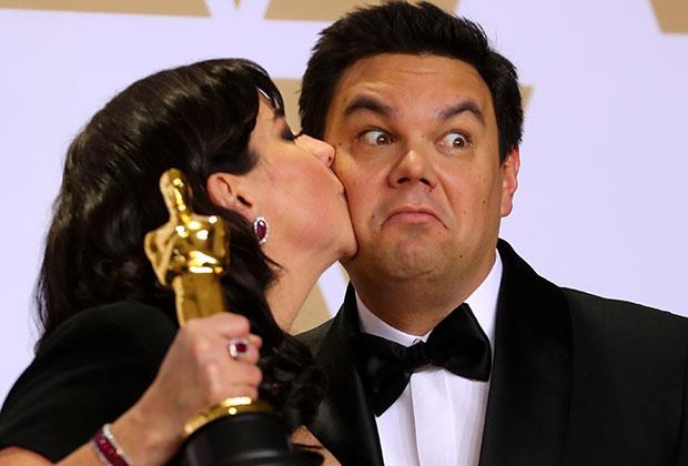Кристен Андерсон-Лопез и Роберт Лопез с «Оскаром » за лучшую песню «Помни меня» из саундтрека к анимационному фильму «Коко»