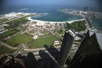 Вид на отель Emirates Palace с небоскребов в Абу-Даби