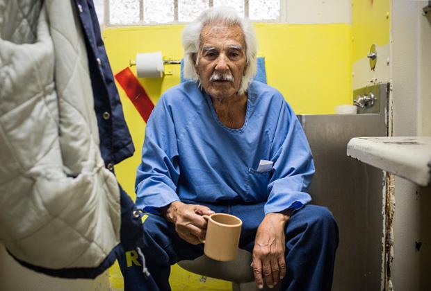 82-летнего Энтони Альвареза посадили на длительный срок за кражи, незаконное владение оружием и побег