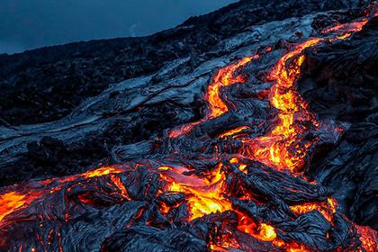 Туристы прогулялись рядом с раскаленной лавой