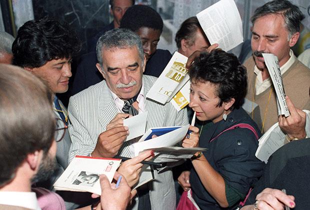 Габриэль Гарсиа Маркес дает автографы поклонникам на международном кинофестивале