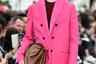 Еще одним вдохновением для Пиччоли стал образ занудной очкастой училки или секретарши из международного сериала «Не родись красивой» в пиджаке не по размеру. Для пущей выразительности дизайнер выбрал для пиджака вырвиглазный оттенок фуксии.