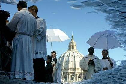 Мужчина из эскорта отправил в Ватикан тысячестраничное досье на священников-геев