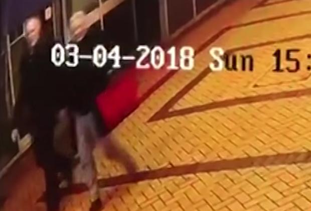 Кадры с камеры видеонаблюдения за несколько минут до обнаружения Сергея и Юлии Скрипаль