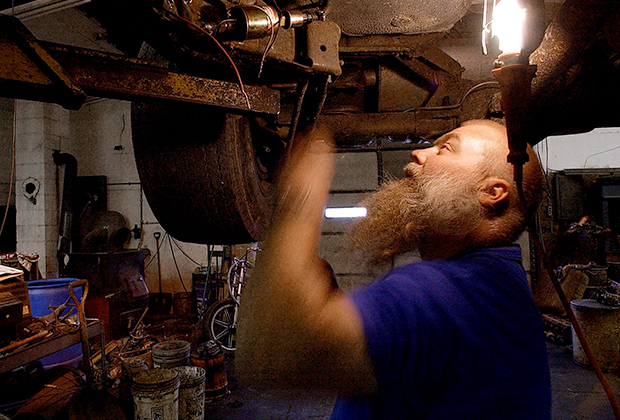 Чтобы отвлечься, Стивен в тюрьме время от времени ремонтировал машины.
