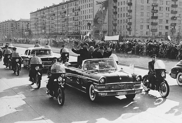 Визит Фиделя Кастро в Москву в 1963 году. В одной машине с ним — Хрущев и Брежнев