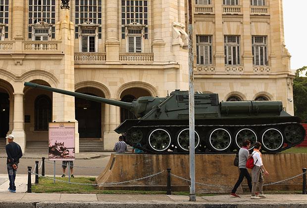 Самоходное орудие, на котором Кастро руководил уничтожением американского десанта в заливе Свиней (1961), установлено в Гаване у Музея Революции