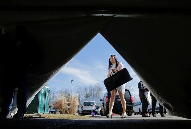 Девушка прибывает на церемонию, посвященную праву владеть оружием, в Церковь объединения и всеобщего мира в Пенсильвании