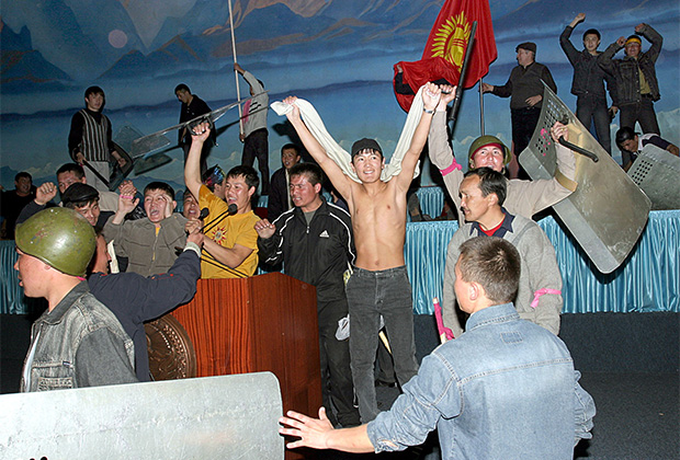 Оппозиция празднует захват власти в здании правительства в Бишкеке, март 2005 года