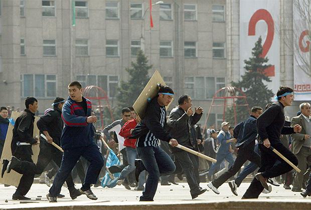 Сторонники президента Аскара Акаева скрываются от революционных толп в центре Бишкека, март 2005 года