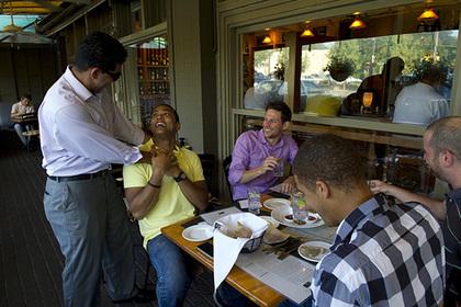Темнокожий повар решил брать с белых гостей плату за расовое неравенство