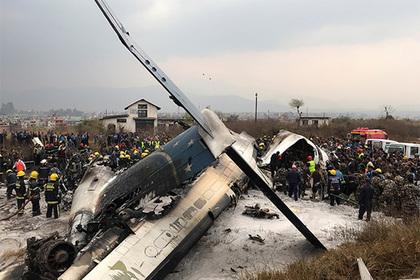 На месте крушения пассажирского самолета в столице Непала нашли выживших