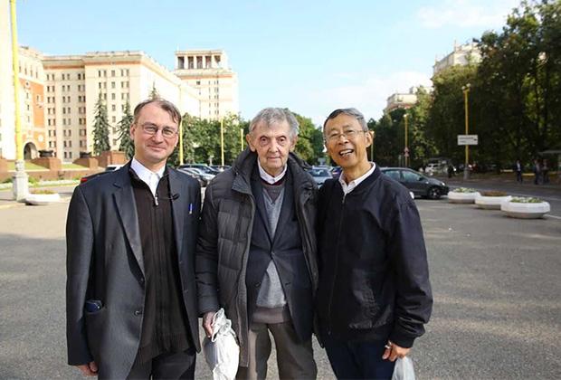 Николай Николаевич Шамаров (слева) и Олег Георгиевич Смолянов (посередине) с китайским коллегой
