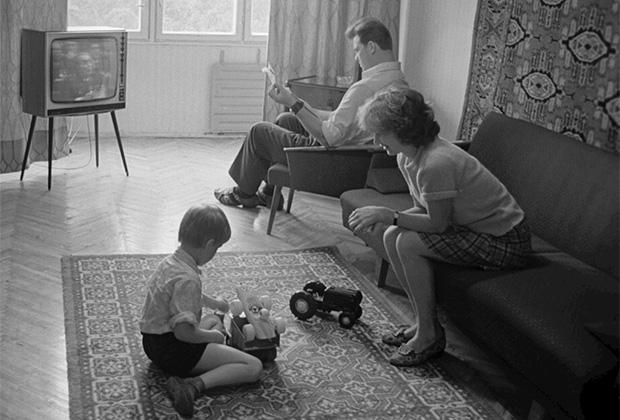 Семья рабочего завода вычислительных и управляющих машин города Киева в типовой квартире. По телевизору идет трансляция выступления генерального секретаря ЦК КПСС Л.И. Брежнева. 1976 год
