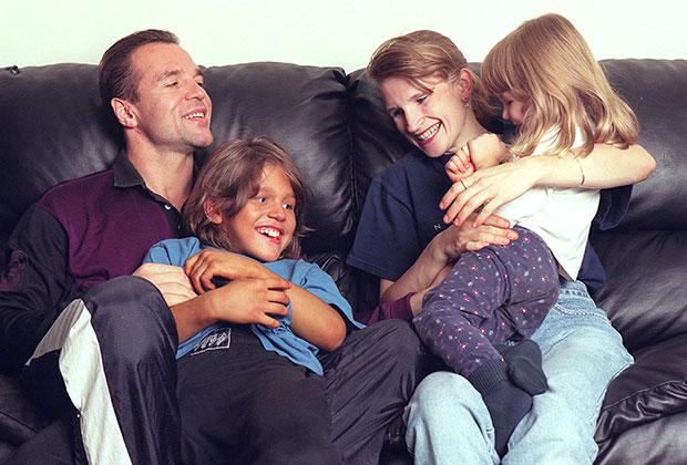 Ричард Сандрак с семьей дома в Лос-Анджелесе, 2001 год