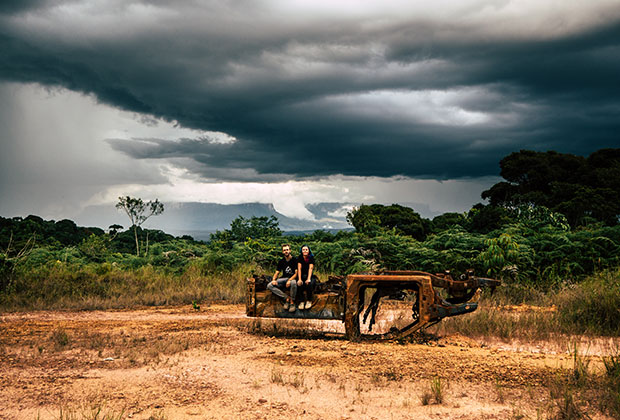 В почти первозданной пустыне порой встречаются следы человеческого присутствия вроде ржавых остовов машин