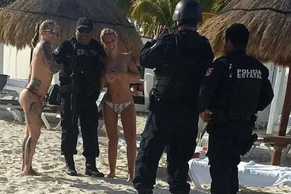 Полицейские не устояли перед голыми туристками и попались