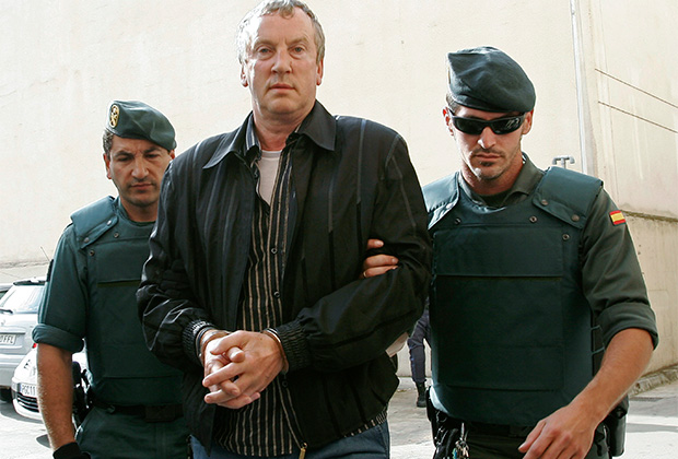 Russian Gennadi Petrov (L) arrives at Palma's court accompanied by police officers during an operation against Russian mafia on the Spanish island of Mallorca June 14, 2008. Spanish police have launched a nationwide operation against money laundering by a Russian criminal organisation, court sources said on Friday. REUTERS/Dani Cardona (SPAIN) - GM1E46E1CUO01