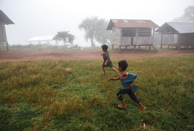 Футбол — самое популярное развлечение в Латинской Америке. Деревни индейцев — не исключение.