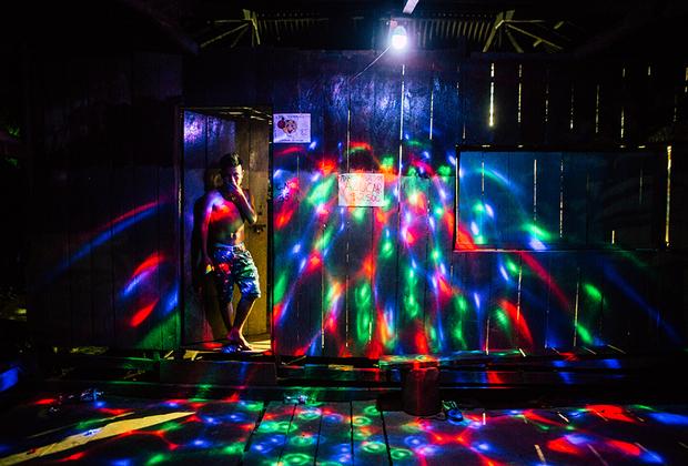 Это не ночной клуб — просто владелец дома для красоты повесил на веранду диско-шар. Днем это небольшая торговая лавка.