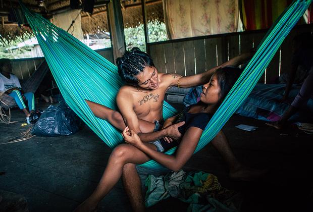 Миграция в город — привычное явление для деревень, но в общине тикуна есть и обратное движение. Восемнадцатилетний Хорхе Эдуардо переехал в Сан-Мартин из Летисии — теперь он живет со своей девушкой Кариной и ее семьей, помогает по хозяйству, а по вечерам гоняет в футбол с местными пацанами.