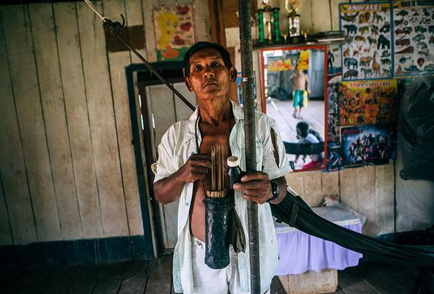 Эрардо Санчесу больше 60 лет, и он — один из редких жителей деревни Сан-Мартин де Амакаяку, которые все еще охотятся с духовым ружьем. Однажды он пустил стрелу с кураре так вертикально, что она вернулась и попала ему в лоб. Эрардо упал замертво, и спас его семилетний сын, который на себе принес папу обратно в деревню. Неизвестно, насколько правдива эта история, но яд кураре действительно мощный — этой небольшой баночки синьору хватает на восемь-девять месяцев.