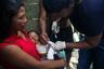 Этот малыш живет с родителями в одинокой хижине в верховьях реки Кононако. Кажется, он сломал руку. Пенти на лодке привез маму и ребенка в Бамено: отсюда их утром другого дня заберет военный вертолет, который доставит малыша на обследование в столицу штата.
